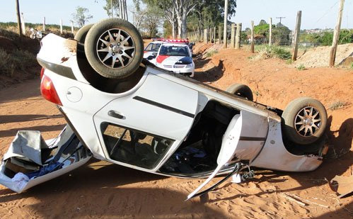 Carro capota da estrada de acesso ao 'Salto do Pântano' (foto: Descalvado Agora) -