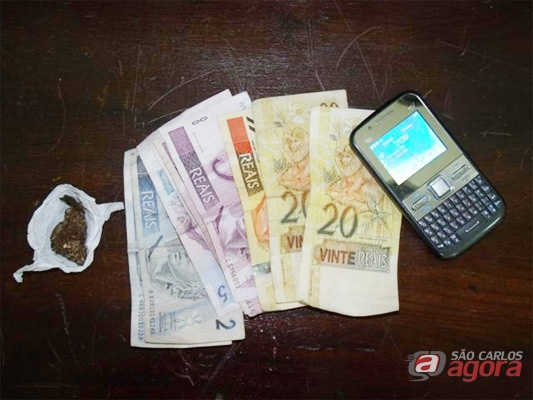 Maconhal, dinheiro e celular apreendido com o menor: (foto: Jair Junior/SCA). -