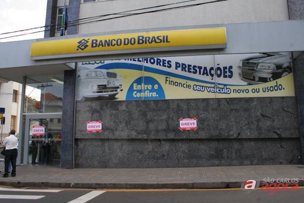 Cartazes foram colocados em frente a agência do Banco do Brasil, no Centro (Leonardo Abbt/SCA) -