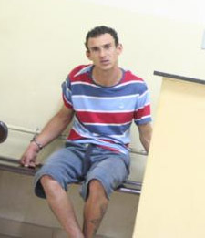 Jovem de 23 anos foi preso pela PM logo após o crime -