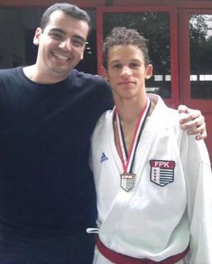 Professor Elder e Natan Santos Souza atleta de Ibaté e integrante oficial da Seleção Paulista de Karate 2011  FOTO: Divulgação -