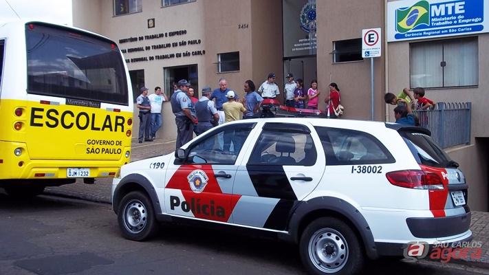 Policia Militar em frente ao Ministério do Trabalho no Centro de São Carlos. -
