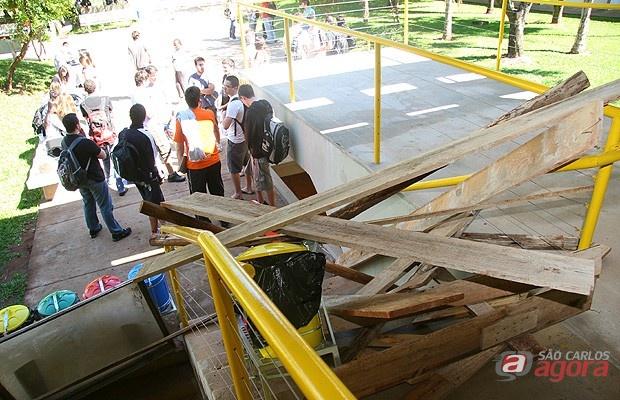 Estudantes bloqueiam a entrada de um dos prédios da Unesp (Foto: eptv.com) -