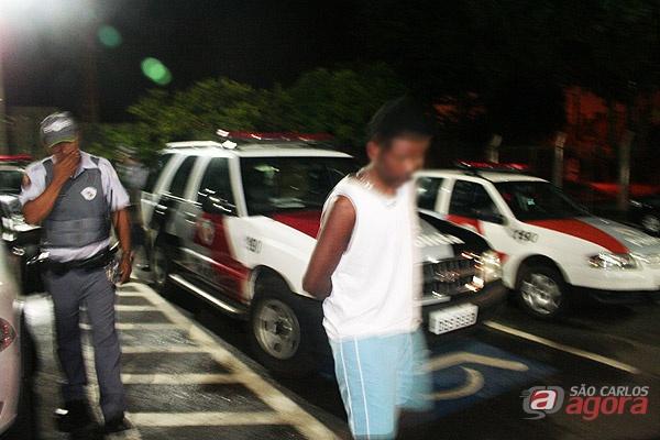 Acusado chegando ao plantão policial de São Carlos. -