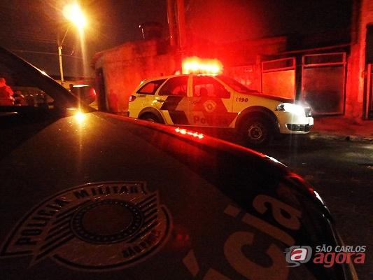 Movimentação policial defronte a casa onde a vítima foi atingida. -