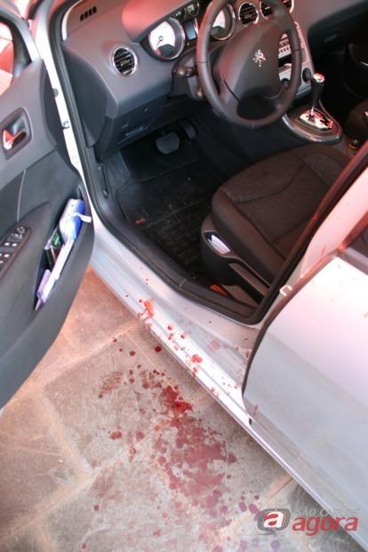 Marcas de sangue ao lado do carro do bancário. Foto: Lucas Tannuri (Araraquara.com) -