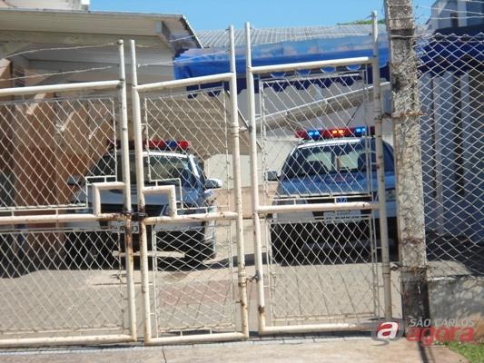 Viaturas da Guarda Municipal dentro da escola onde teria ocorrido os fatos (Foto: Danilo Moreno) -