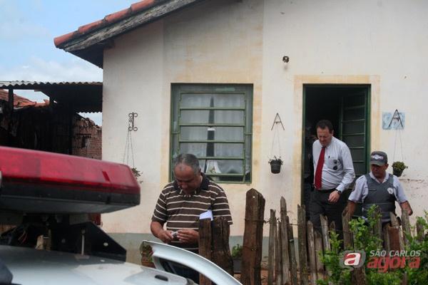 Delegado Geraldo Souza Filho deixa a casa onde aconteceu o crime. -