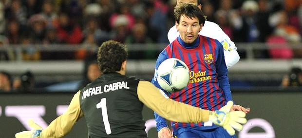 Messi toca por cima de Rafael e abre o placar para o Barcelona contra o Santos (Foto: AFP) -
