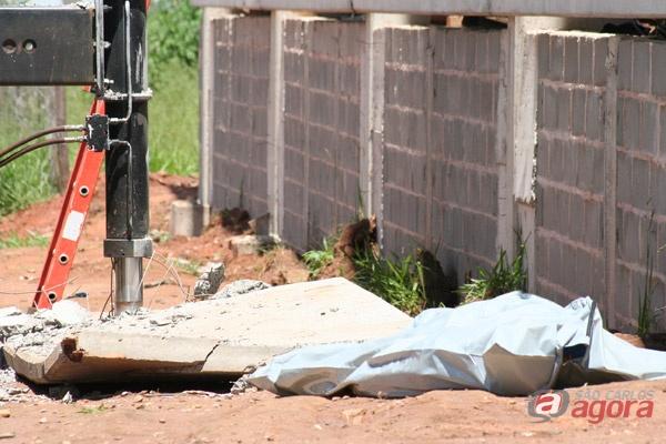 Corpo da vítima ao lado da placa de concreto de cerca de 1 tonelada (foto: Marcio David). -