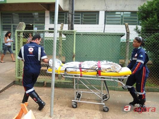 Momento em que a vítima era transferida para a Santa Casa de São Carlos. -