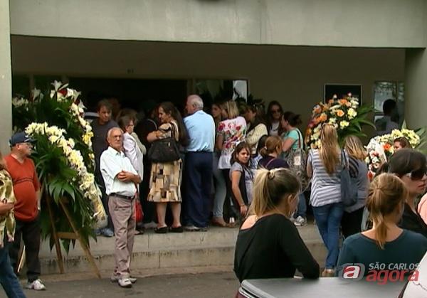 Amigos e parentes lotaram o velório municipal na tarde deste sábado (foto: Eptv.com). -