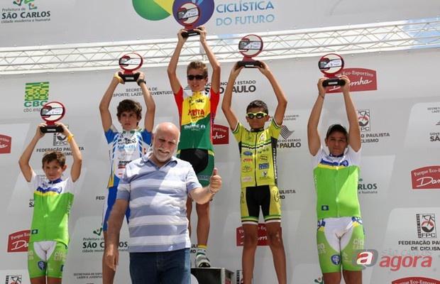 Jean Roger Lechat (à esquerda) e Werlen Antônio Francisco (à direita), ambos da categoria infanto-juvenil, conseguem as quarta e quinta posições, respectivamente. -