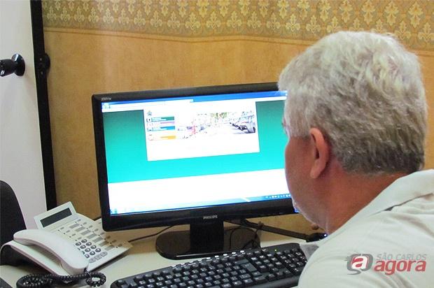 Marquinhos acessando o site da prefeitura, que segundo ele, a seção de multas estava fora do ar. -