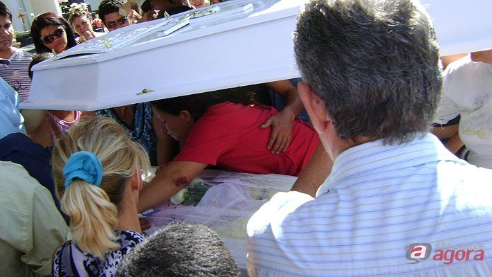 Mãe se despede da filha morta no acidente do último sábado (Foto: Luciano Lopes/SCA). -