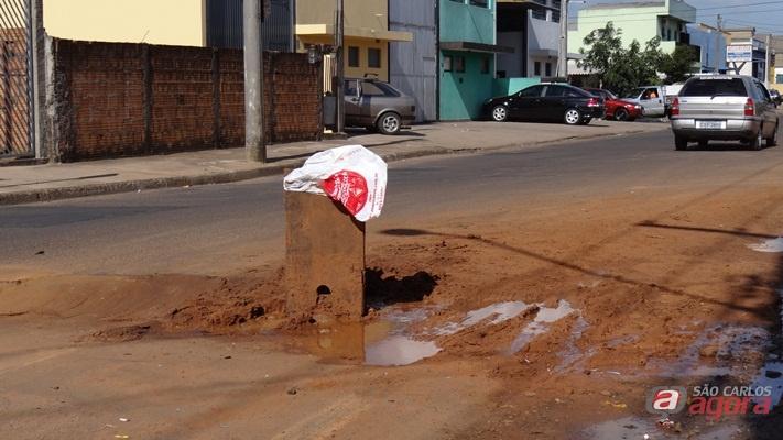 Moradores sinalizaram o buraco com uma tábua. (Foto: Milton Rogério / SCA) -
