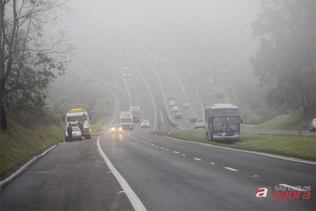 Ônibus foi parar no canteiro central após motorista ter sido fechado. (foto: Mauricio Duch/SCA). -