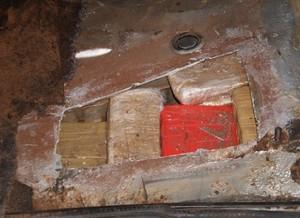 Droga estava escondida no assoalho do carro (Foto:jornalacidade.com.br)o -