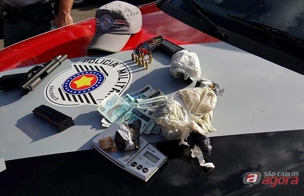 Uma pistola e pedras brutas de crack foram apreendidos pelos policiais militares no Gonzaga. Foto: Milton Rogério/SCA). -
