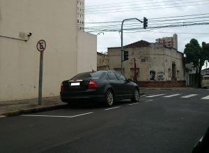 Dupla sinalização confunde motoristas. -