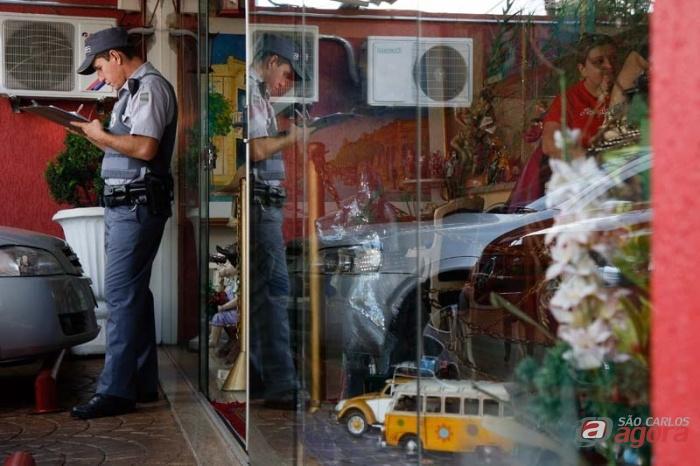 PM registra a ocorrência em frente ao Jornal. (Foto colaboração: Araraquara.com) -