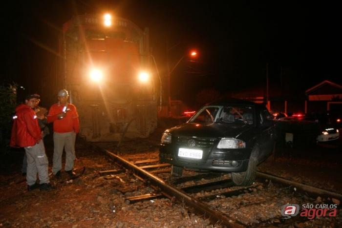 Carro foi arrastado por 300 metros e motorista assustado se jogou para fora do veículo (Foto colaboração: Araraquara.com) -