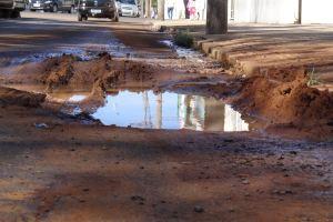 Buraco com vazamento de água, em frente a Santa Casa. (Foto:Milton Rogério/SCA) -