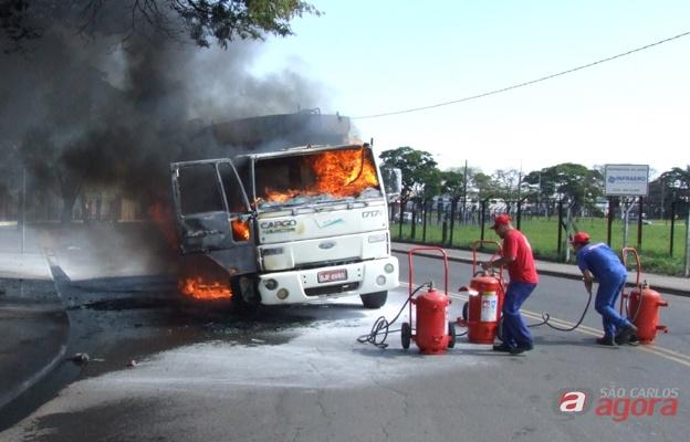 Caminhão de lixo pega fogo em Rio Claro. (Fotos colaboração: CanalRioClaro.com.br) -