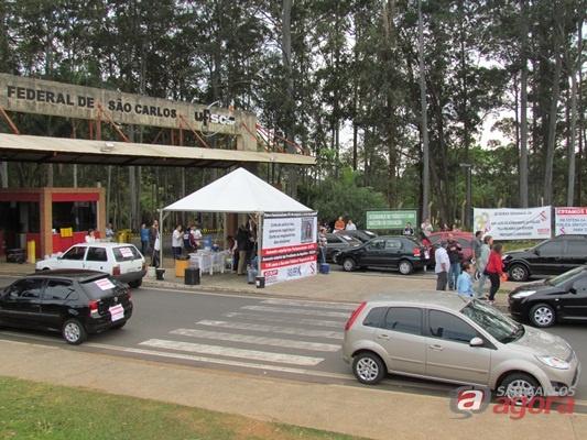 Trabalhadores fecham os portões da UFSCar (Foto: Tiago da Mata / SCA) -