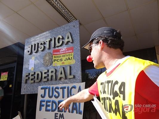 Manifestante com nariz de palhaço, pede mais respeito do Governo Federal. (Fotos: Marcio David / SCA) -