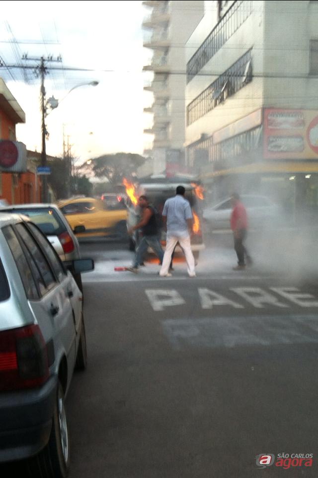 Kombi pegou fogo no Centro. (foto Julio Santos/VC NO SCA). -