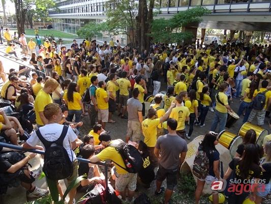Manifestação de alunos da USP, contra possível fechamento do CAASO (Foto: Milton Rogério / SCA). -