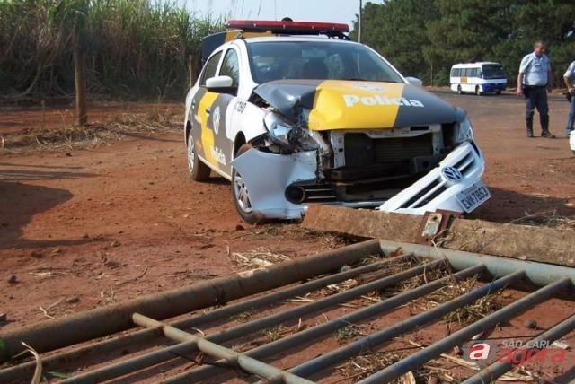 Viatura ficou danificada após colisão. (foto Colaboração/Araraquara.com) -