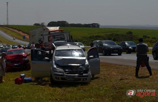 Carros se envolveram em acidente na SP-310 (Foto: Felipe Turioni/G1) -