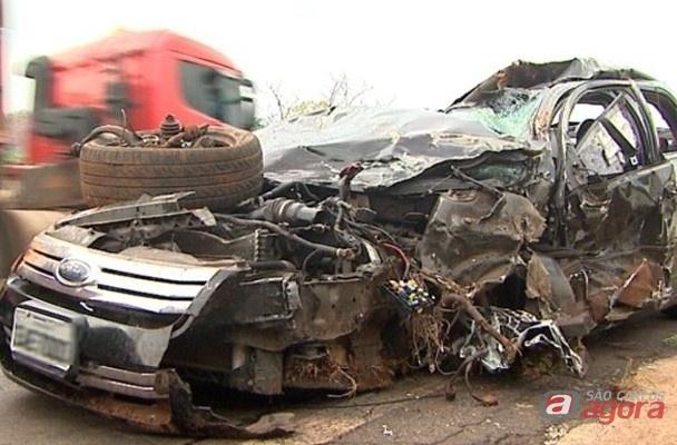 Ford Fusion ficou completamente destruido (Foto: eptv.com) -