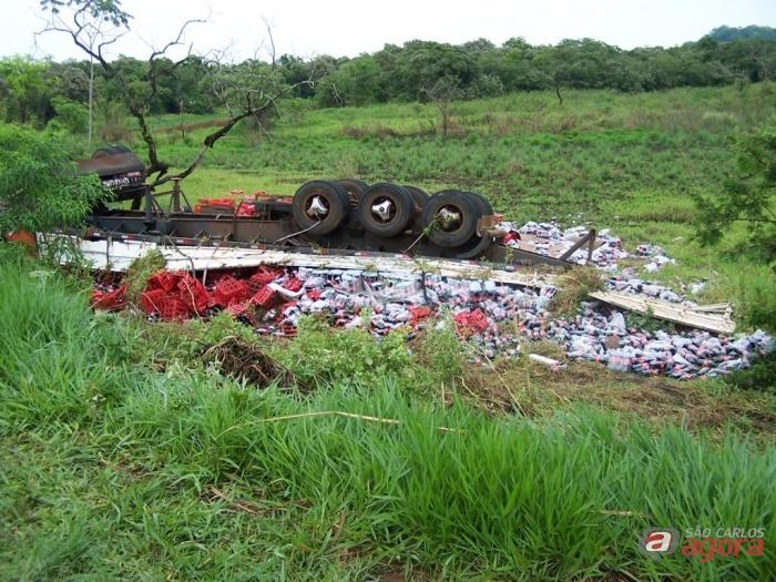 Caminhão carregado com refrigerante tomba na SP- 255. (Foto: Araraquara.com) -
