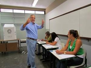 Altomani faz sinal de vitória durante votação na Industrial (Tiago da Mata) -