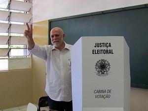 Oswaldo Barba durante votação na escola Arlindo Bittencourt (Tiago da Mata) -