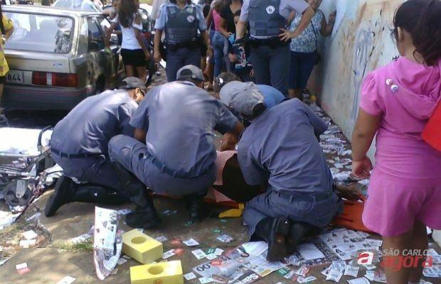 """Idosa fraturou a bacia após escorregar em """"santinhos"""" em Bauru (Foto:eptv.com) -"""