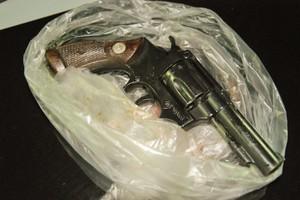 Arma que foi encontrada dentro do veículo. (foto Vinicius Neo). -