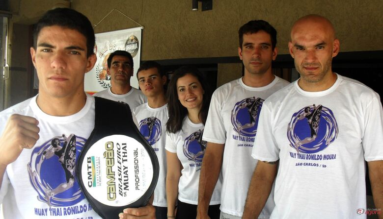Thiago exibe o cinturão ao lado de Ronildo Moura (à direita) e sua equipe. (Foto: Divulgação) -