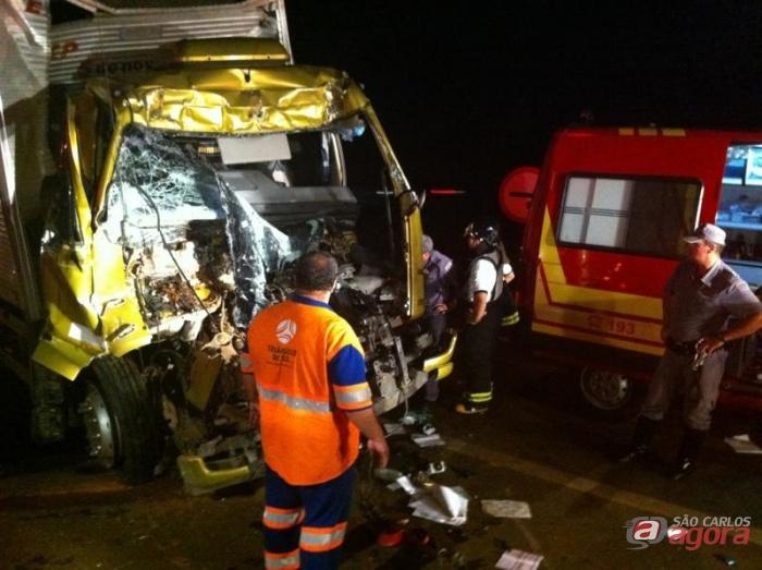 Cabine do caminhão baú ficou completamente destruída. (Foto colaboração: Araraquara.com) -