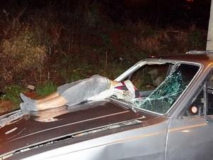 Homem de 45 anos morreu na hora após ser atingido pelo carro do acusado. -
