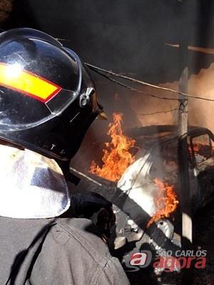 Bombeiro combate as chamas no veículo. (foto: Milton Rogério). -