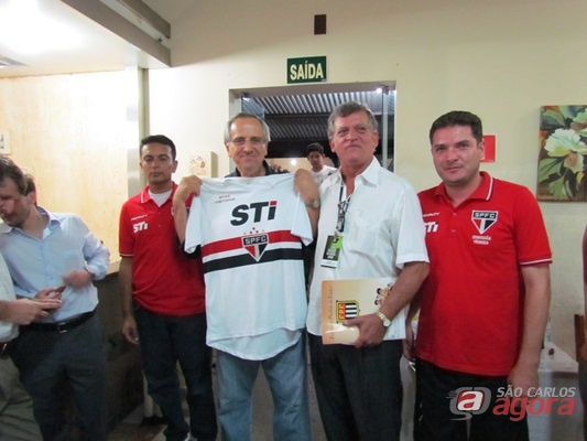 Prefeito Paulo Altomani recebe camisa do São paulo Futebol Clube. (Foto: Tiago da Mata / SCA) -