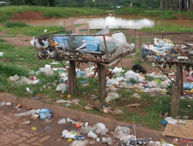 Lagoa formada pelas chuvas no São Carlos 8: vereador Penha aponta riscos à população e quer providências do Executivo -