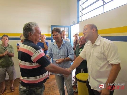 Diretoria do São Carlos FC entrega as carteirinhas Velhos Amigos. (Foto: Tiago da Mata / SCA) -