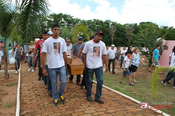 Corpo de Maiara foi enterrado na tarde de ontem em Santa Eudóxia. (Mauricio Duch) -