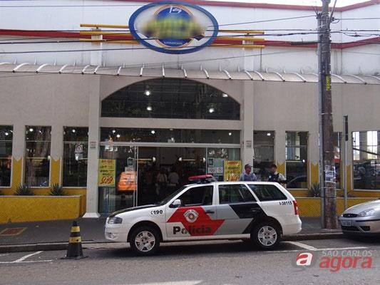 Supermercado é assaltado no Centro (Foto: Milton Rogério) -