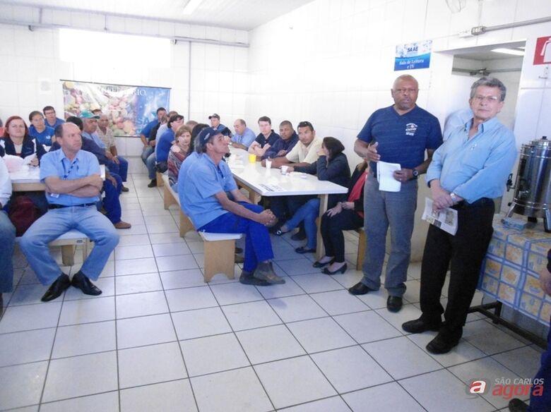 Adail e Pepino durante reunião com os servidores do SAAE  tranquilizando-os de que a autarquia não será privatizada  (Crédito – Divulgação) -